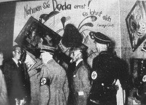 """А. Гитлер на выставке """"Дегенеративное искусство""""."""